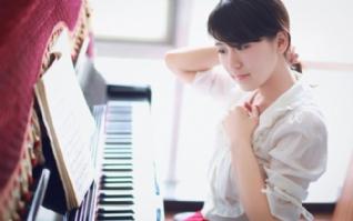 弹钢琴女孩图片壁纸桌面